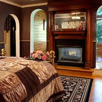 queen anne suite bed and fireplace