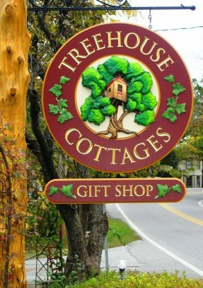 Treehouse Cotages Sign