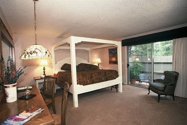 Apple Orchard Inn Steamboat room with white fourposter bed