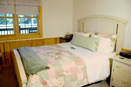 Tauchek's Log Home Bed and Breakfast French Cottage Room