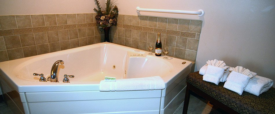 Deluxe Jacuzzi King Suites | Hearthstone Inn & Suites - a ...