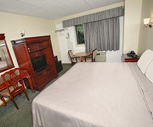 Guest Rooms at Meadowbrook Motor Lodge in Jericho, NY