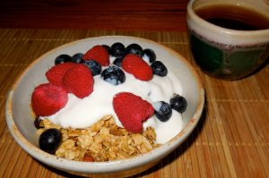 granola with fruit and yogurt