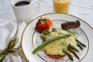 Eggs with asparagus and sliced strawberries