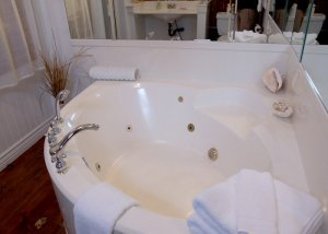 Hines Mansion Seaside Retreat Room bath tub