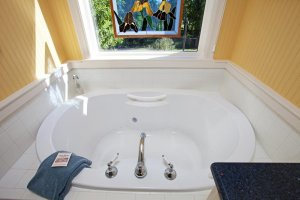 Yates House Bed and Breakfast bathtub