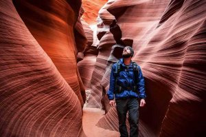 tourists hiking antelope canyon