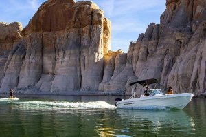 19' Open-bow Ski Boat on lake powel