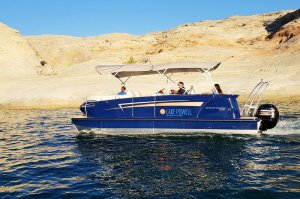 man driving 23' pontoon boat lac powell