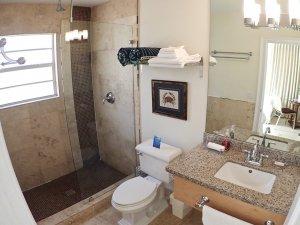Hotel Seacrest Seashell Room bathroom