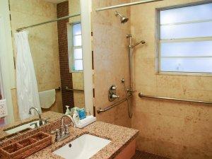 Hotel Seacrest Bamboo Room bathroom