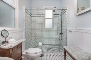 en suite bathroom with large walk-in shower