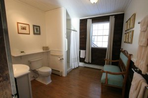 Old Saco Inn Lexington Room bathroom