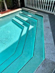 steps down into pool
