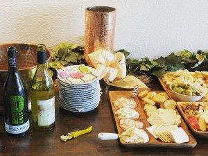 Crackers on tray and wine bottles