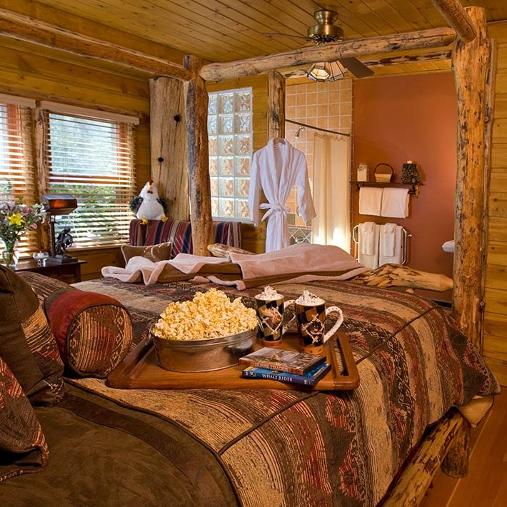 The Cozy Pine Suite at Gold Mountain Manor