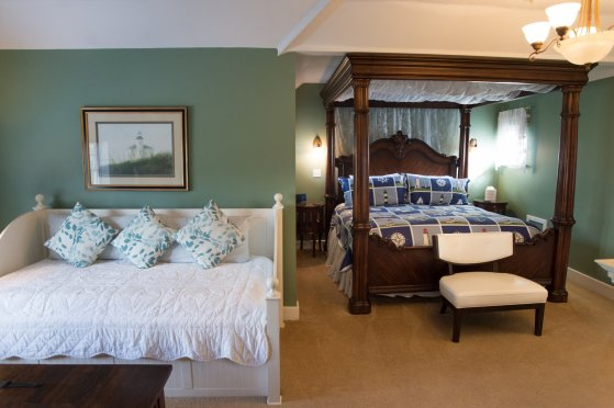 Bedroom with king bed and daybed