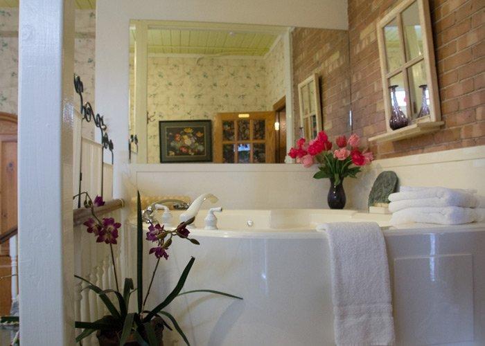 Secret Garden bath tub in Hines Mansion in Provo, UT