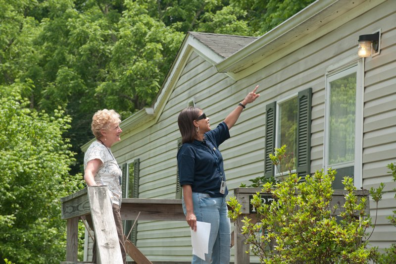 Deskins inspections and repairs buyers Photo By Liz Roll - This image is from the FEMA Photo Library., Public Domain, https://commons.wikimedia.org/w/index.php?curid=10580287