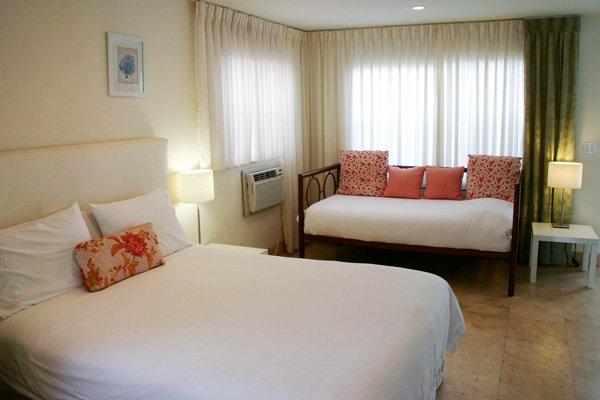 Hotel Seacrest Coral Room bed