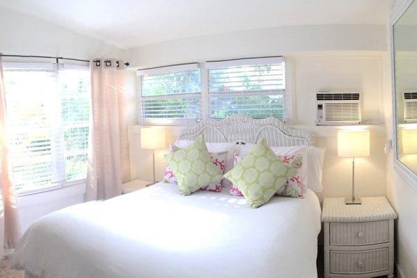 Hotel Seacrest Traveler Room bed