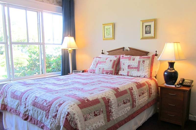 Harbourview Inn room with a queen bed