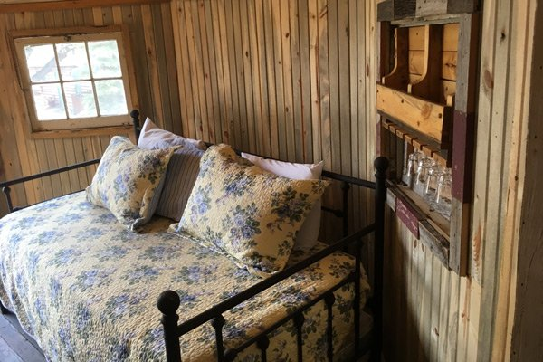 Colorado Cottages Beaver Hut bed interior