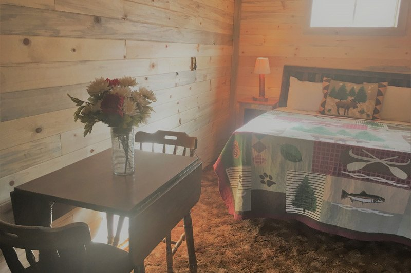 Estes Lake Lodge Mountainside Lodge upstairs room bed table chairs flowers