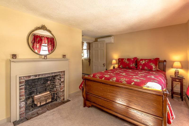 White Birch Inn Mt. Cranmore room bed and fireplace