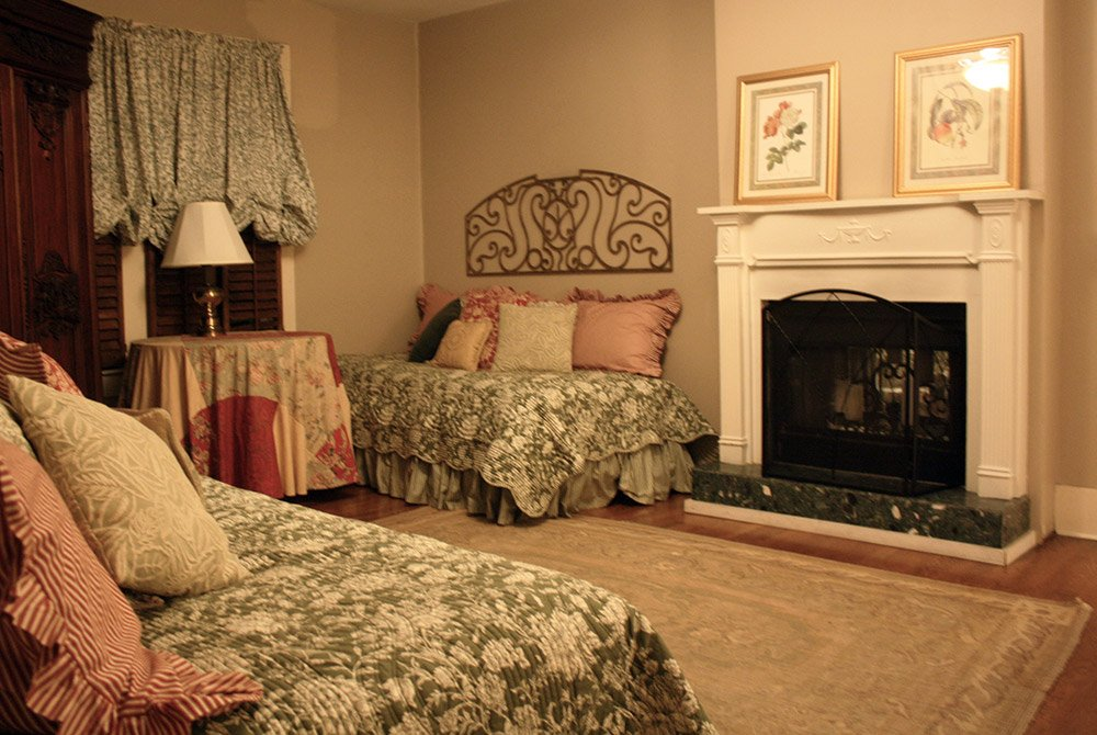daybeds with fireplace and table with lamp