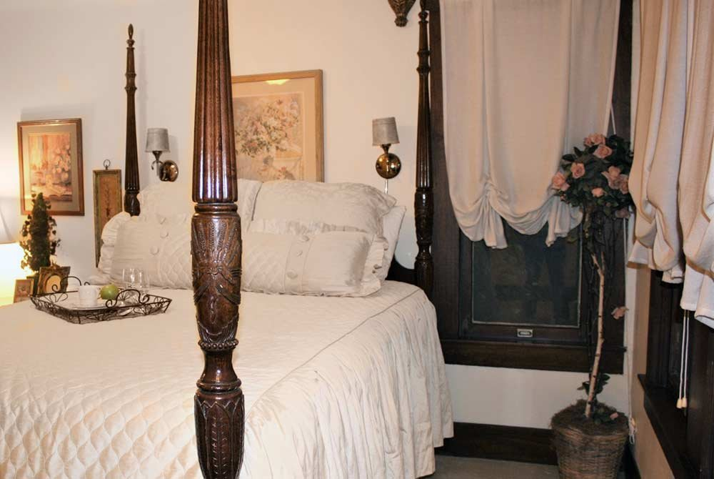 four poster quenn bed with windows
