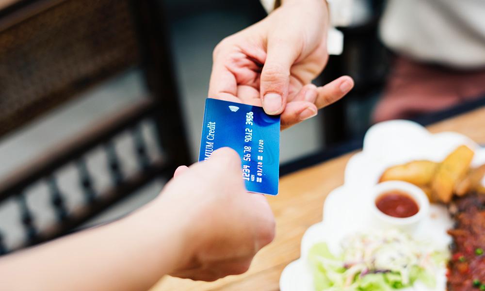handing credit card
