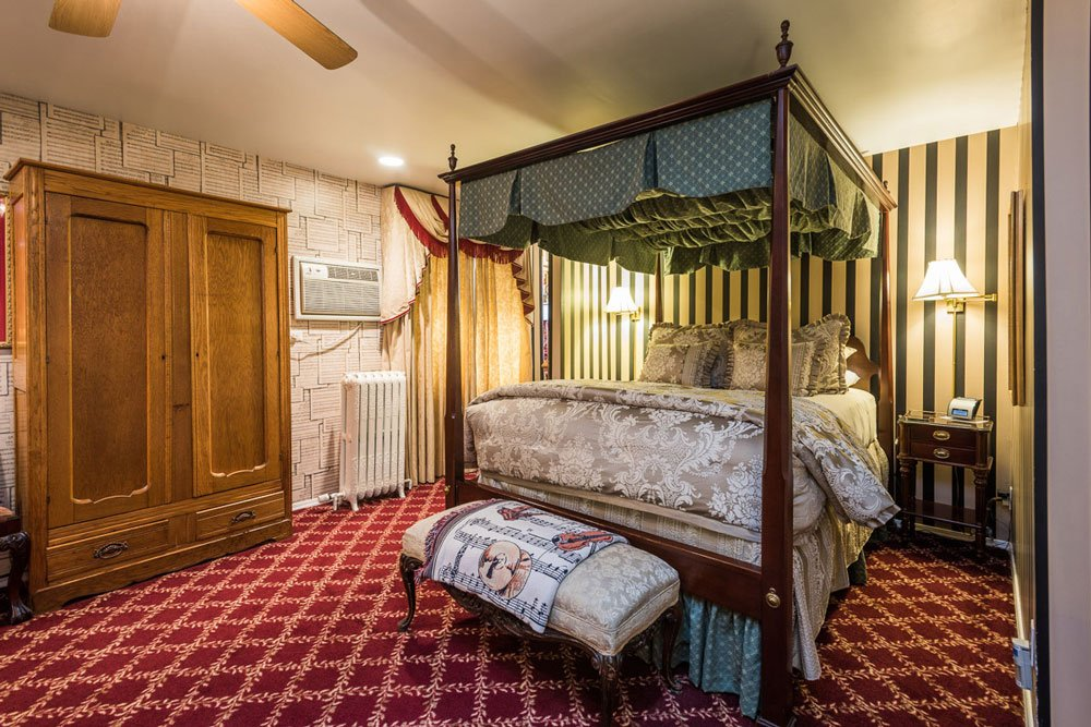 Fourposter bed and wardrobe