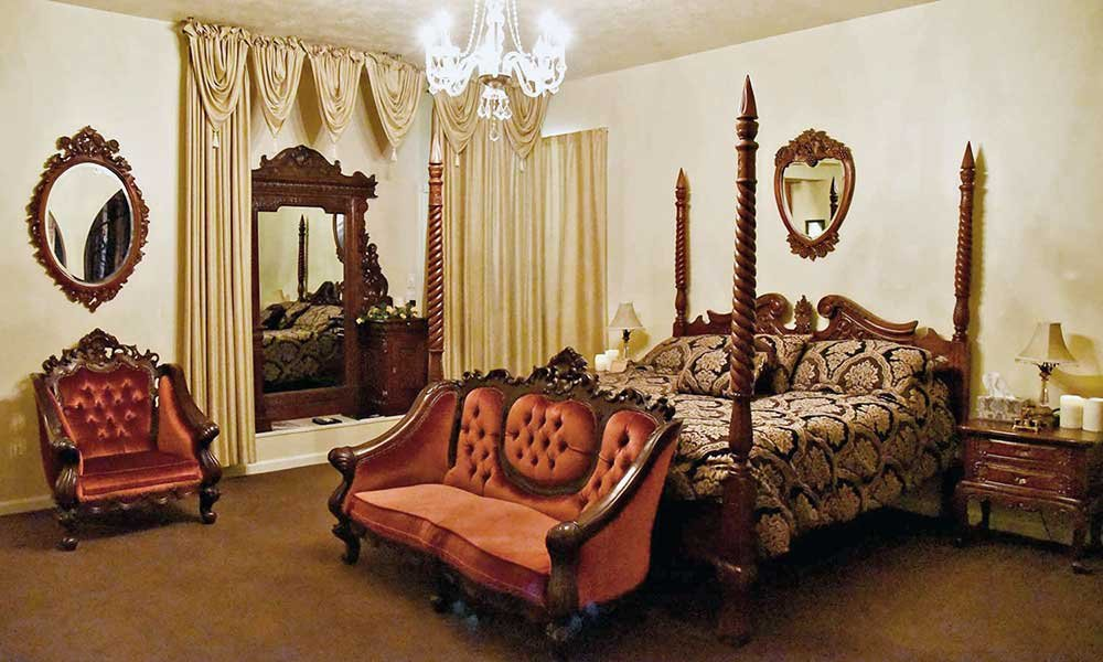 four poster bed and sitting area