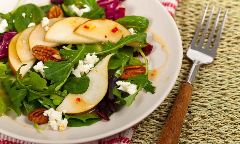 apple, goat cheese and walnut spinach salad