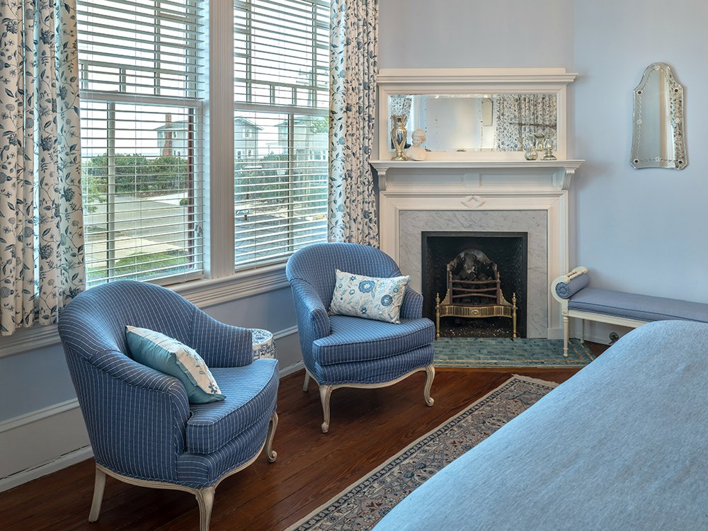 victorian decor with a corner fireplace