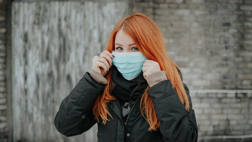 girl with breathing mask